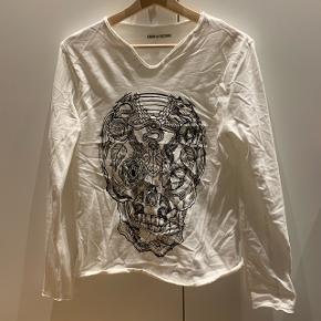 Hvid trøje med dødninghoved (lidt krøllet på billedet men den kan bare stryges)Mærke: Zadig & Voltaire Størrelse: 14 år Stand: aldrig brugt Røgfrit hjem BYD!!!!!