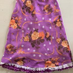Flot og speciel fransk nederdel str. 40 mrk. LEI. Nederdelen er forret og har elastik i taljen. Materiale 100% viskose. Længde 66 cm og hofteomkreds 100cm. Nederdelen ser ud som næsten ny og kommer fra ikke ryger hjem.