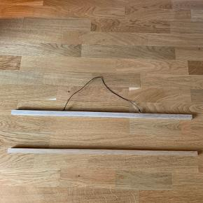 Magnetramme i egetræ og sort lædersnor Måler 70cm bred  Sendes ikke, afhentes i Århus C
