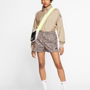 Nike shorts med leopard print, er vasket og derefter prøvet på - men desværre for små til mit behov.  Respekter venligst at jeg ikke bytter og køber betaler porto samt gebyr ved tspay.