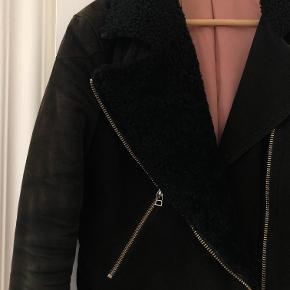Rullams jakke fra Acne Studios, str. 38  Brugssport indeni, men ses ikke, når man har den på.  Købspris: 3500. Pris: 900 kr.  Læder: 100% lam.