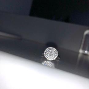 Smuk ring fra Joanli. Aldrig brugt ✨ ringens størrelse er hvad der svarer til en str. 51. Ny pris 500kr. Skriv for flere billeder