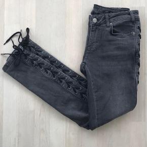 Raiine steller denim jeans I grey wash og med snørre. Nypris var 1895 kr, fast mp er 350 pp eller 350 med afhentning ved nørreport st. Str. 25, svarende til en Xs / s  De også mine annoncer