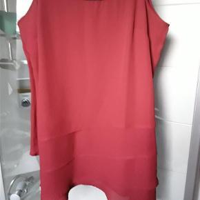 Flot ny top, polyester med perler i halsudskæring, str. XL, lag på lag. Brystvidde 114 cm, længde 80 cm foran, 92 cm i siderne.  Lang top Farve: Rød
