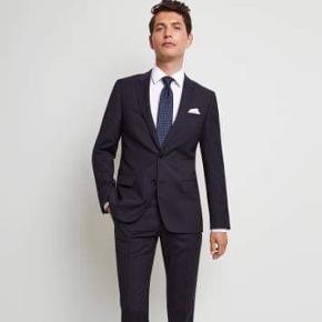 Sort jakkesæt fra Hugo Boss. 1 år gammelt. Slim fit. Størrelse 48. Bukser syet ind som på billedet.
