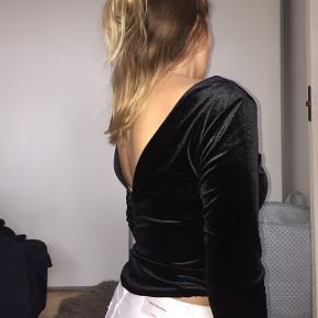 Smuk velour langærmet trøje. Flot detalje med V-udskæring på ryggen (kan også vendes om)  Fra skarers point  Passer en størrelse small Brugt 2 gange  Afhentes i Roskilde eller sendes :)