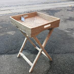 Fint lille bakkebord i finmasket  flet.. Perfekt til altanen, men kan selvfølgelig bruges hvor man lige står og mangler det.. :-)  Mål ca. - 45 x 45 x 70/78
