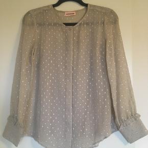 Super fin skjorte med sølv nistre i. Med undertop. 97% silke og 3 % lurex. Bytter ikke.