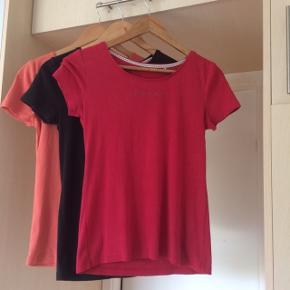 Sælger disse 3 t-shirts fra ESPRIT. Det er str. S, farverne er rød, sort, den sidste har jeg svært ved at bedømme farven på, men orange/rød, se billederne. Sælger dem fordi jeg syntes de er for korte. Længden på dem er 55 cm. . De er som nye. Kommer fra et ikke ryger hjem. Afhentes i 2990 Nivå eller sendes mod betaling