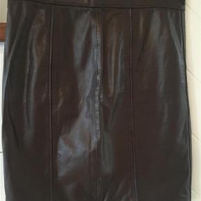 Varetype: Skindnederdel Farve: Brun  Smuk skindnederdel med foer fra Onstage.  Kun brugt få gange, da købt for lille.  Længde: 53 cm.