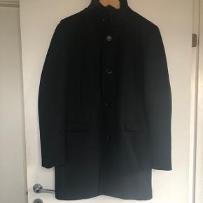 Flot herre frakke, næsten ikke brugt. Købt i december 2017 for 1.200 kr.