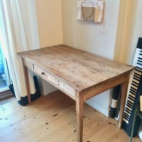 Sælger mit spise/skrivebord. H = 75 cm L = 120 cm B = 65 cm