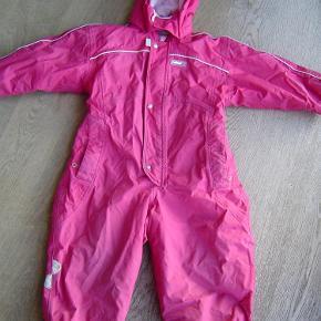 Varetype: Reima pink flyverdragt str. 98Størrelse: 3år Farve: Pink  Reima pink flyverdragt str. 98. Sat under slidt da der er ganske lille hul nederst på ene ben (se ekstra foto) - kun hul i ydrestoffet ikke hele vejen igennem.  Byd!