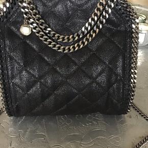 Overvejer at sælge min Mini tote quiltet og udsolgt alle steder.. Har ikke brugt tasken så den er helt ny og med certifikat.... skøn med rosa foer... Nypris 6500,- Så sat utroligt billigt... Tasken er 100% ægte.. tager afstan fra alt andet! Tasken er både som håndtaske og Crossbody. Bytter ikke!