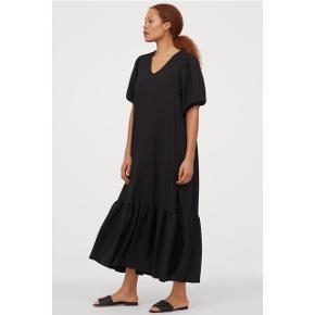 Sælger denne smukke, populære maxi kjole med pufærmer fra H&M.  Helt ny, kun prøvet på, mærket er dog faldet af.  99% polyester, 1% elestan. Stoffet er tungt og kjolen falder derfor virkelig fint.  Sendes med DAO via Trendsaleshandel - pris for fragt kommer oveni :)