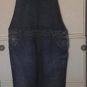 Overalls fra Please i denim. Måler omkring linning 86 cm Skridtlængden 81 cm. Som nye