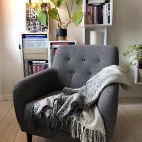 Flot lænestol i Retro look   Gråt polyester stof med sorte knapper og sortbejdsede træben.   Står helt som ny, fra et ikke-ryger hjem og uden dyr.   ▪️Mål:  Siddehøjde: 41 cm.  Ryghøjde: 83 cm.  Siddedybde: 51 cm.  Stolebredde: 72 cm.  Stoledybde: 90 cm.  Benhøjde: 17 cm.   Skal afhentes i Husum