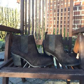 Sorte boots.  Kun brugt 1 gang.