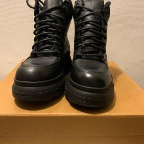 Sorte sporty skind (blødt skind) hiker chunky utility boots / støvletter i str 38 fra UO. Hælhøjde knap 5.5 cm Og front sål ca 3 cm Ikke små i str. (så tror også de evt passes af 38,5) Indvendig sål mål ca 25,4-25,5 Har selv et par i brug i str 37 fra sidste år, som føles som en str 37,5 (virkelig god all round sneaker / boot, som kan bruges hele året) Nypris knap 800 Hvis afhent 260 Har dem også i 36 & se evt anden annonce! 37 & 39 r solgt!