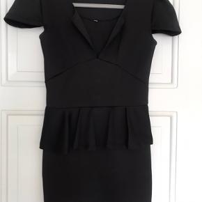 Lækker sort kjole med fine detaljer :)