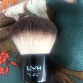 NYX Professional Makeup - Pro Kabuki Brush  Kun pakket ud, aldrig brugt  Køber betaler selv Porto hvis den skal sendes Kan også hentes hos mig i Vejle