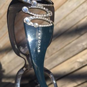 Flotte BVLGARI solbriller med ægte swarovski sten. Udlev din indre diva med store smykke solbriller!