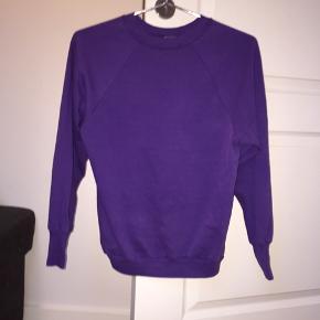 Jeg har desværre klippet mærket af trøjen, så hverken det eller størrelse kan ses, men trøjen passer højst sandsynligt en str. XS/S