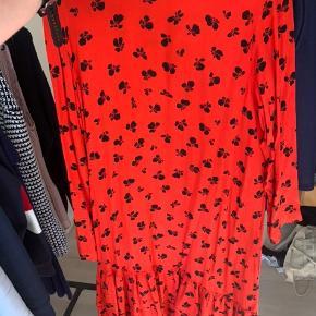 Sælger denne fine kjole fra ganni. Passer en 36. Den er kun prøvet på, men passer dsv ikke til mig. Kom med et bud