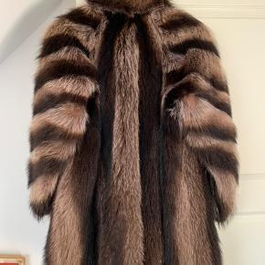 Smukke ægte vaskebjørns pels i en ca str L  Rigtig god stand, ingen fejl eller huler i foret .. En virkelig flot pels  Kom gerne med et seriøst bud