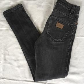 Slidt på den rigtige måde 🤪 man kan se mobilen i lommen .... Model Sicko  W 27 L 32 98%bomuld 2%lycra