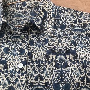 Vintage skjorte i det fineste print. Passer xs-s, da den er lidt stram i ærmerne
