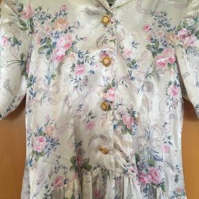 Meget smuk blomstret  vintage - retro kjole str M. Kjolen er i rigtig god stand. Mål: længde 108 cm, bredde 2*37 cm, bryst: 2*43 cm.