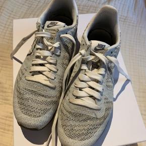 Sælger disse Nike sneakers i grå/hvid  De måler 24 cm, og er en str. 38.  De er lidt smalle i pasformen   De er brugt, men fejler intet. Er rene og pæne og i god stand.   Skriv ved spørgsmål 😊    Se flere billeder i kommentaren