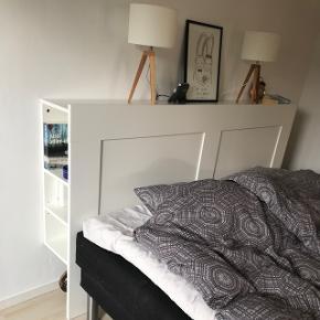 Brimnes sengegavl fra IKEA, passer til dobbeltseng (180 cm) Med smart opbevaring i siden. Pæn og velholdt, med meget få brugsspor. Nypris 800,- Skal afhentes i Karlslunde