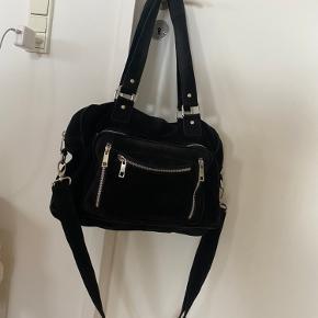 Super fin Nunoo Mille taske Købt i Magasin  Der er to huller i stropperne, men det er ikke noget man lægger mærke til.  Alle lynlåse virker og ingen tegn på slid. Byd gerne   Skriv for flere billeder 💛
