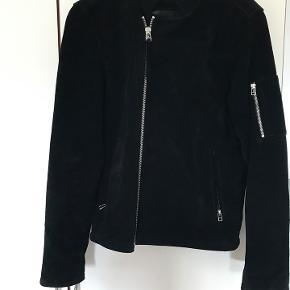 Mærke: Tiger of Sweden Model: Ruskinds jakke Størrelse: Large Pris: 2.000/BYD Nypris: 4.500 Kvalitet: Næsten som ny.