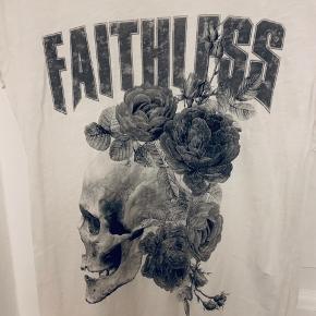 Hvid t-shirt med skull og roser
