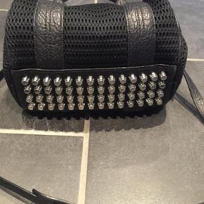 Varetype: Rockie mesh skind taskeStørrelse: Rockie Farve: Sort  Virkelig skøn taske fra Alexander Wang med fede detaljer.  Fejler intet og brugt begrænset.  Sendes med DAO. Ved ts handel betaler køber gebyr. Handler gerne mobilpay.  Mp 2750 kr incl forsendelse med Dao over mobilpay 😊