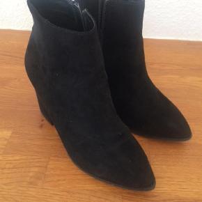 Støvler i ruskinds look stort set ubrugte   Wedges Farve: Sort Oprindelig købspris: 600 kr.