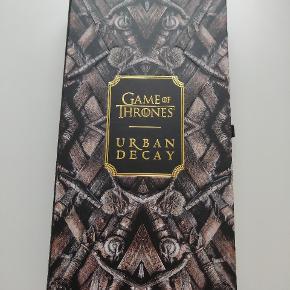 Urban Decay Game of Thrones øjenskygge palette. Købt i Salling. Den er aldrig brugt, og er kun købt som et samlerobjekt fra min side. Dog skal jeg starte på studie og kan derfor godt bruge pengene.   Kom gerne med bud.
