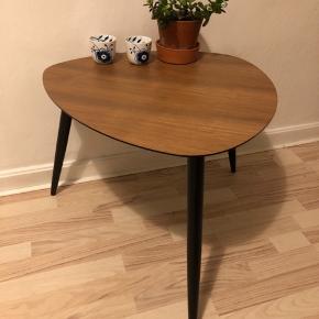 Fint lille bord med 3 ben. Ca. 56 cm diameter og 47 cm høj.