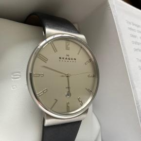 Uret er brugt nogle gange, remmen en smule brugt, men uret i sig selv er som nyt