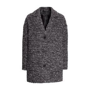 Sælger denne fine boucle jakke/frakke med uld i fra H&M.   Helt ny, aldrig brugt - stadig med mærket på.  Sendes med DAO via Trendsaleshandel - pris for fragt kommer oveni :)