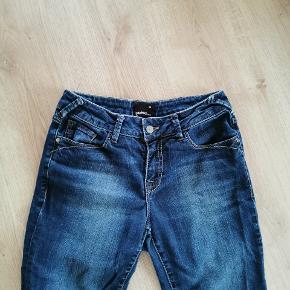 Fede jeans med normal talje og smalle ben. De lyse striber ved det ene knæ er fordi de er en kende krøllede og ikke fordi de er misfarvede. Brugt 4-5 gange og fremstår i rigtig flot stand.