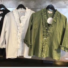 Sælger disse to Troispommes skjorter i silke og bomuld. Den grønne er str.36 og den hvide str.34. De har aldrig være brugt. Ny pris er 700 kr. pr. skjorte 🤍. Køb dem begge for 600, ellers 350 kr. stk.