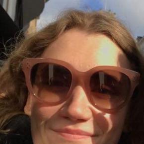 Sælger disse Céline solbriller i modellen Audrey, i en smuk svag rosa farve. Jeg købte dem for 1,5 år siden i en second hand butik. Jeg er også interesseret i at bytte med andre solbriller  Min mp er omkring de 1100, jeg gav selv 2300 kr for dem