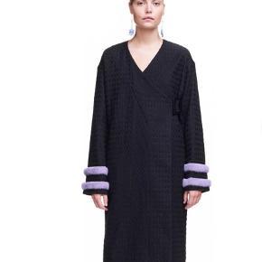 Varetype: Frakke Farve: Sort Oprindelig købspris: 4900 kr.  Flot ubrugt frakke/kimono i kraftig bomuld med mink kanter på ærmerne.