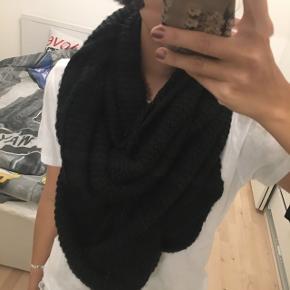Stort Tube halstørklæde i strik
