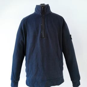 Denne Stone Island half zip up trøje er købt i Londons Stone Island butik tilbage i 2014. Den kostede 195£ retail. Tags medfølger. Cond 8/10.