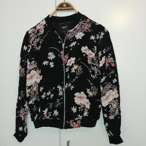 Sød let foret cardigan/bluse jakke fra Only, brugt et par gange og i fin stand.   TILBUD, byd på tre auktioner og betal for to, varen med den laveste pris er uden beregning.  Tilbud gælder kun tøj.